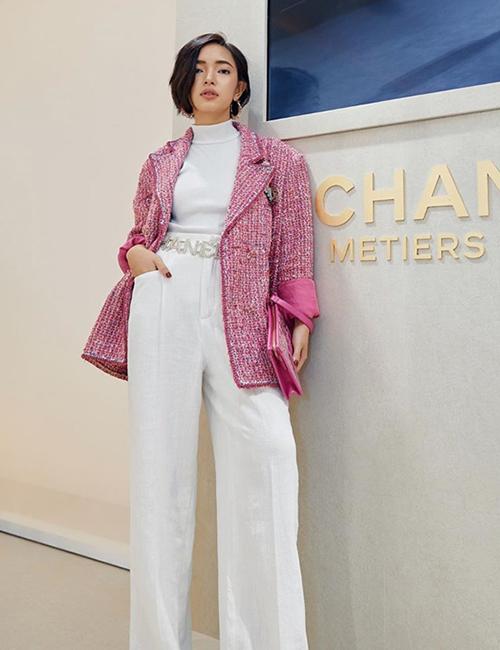 Châu Bùi diện áo khoác hồng nổi bật của Chanel, thể hiện vẻ đẹp vừa cổ điển vừa phá cách.