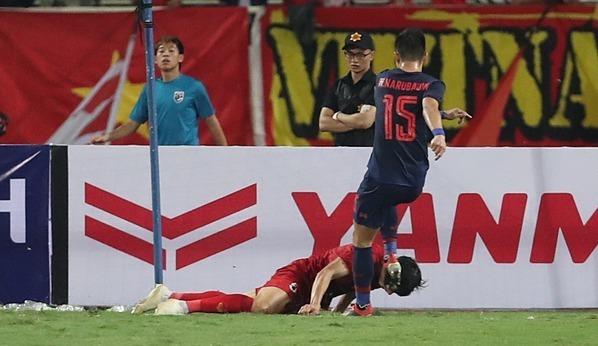 Văn Hậu được khen dũng cảm ở pha ngăn đối thủ lập bàn thắng. Ảnh: Đức Đồng.