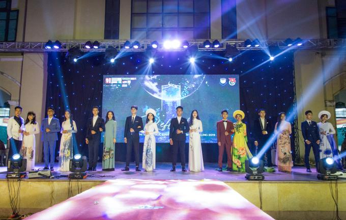 <p> Tối 19/11, trường THPT Chu Văn An tổ chức chung kết Đại sứ Chu Văn An - Sparkling 2019 nhằm hướng tới một dấu mốc quan trọng của trường: Kỷ niệm 111 năm THPT Chu Văn An.</p>