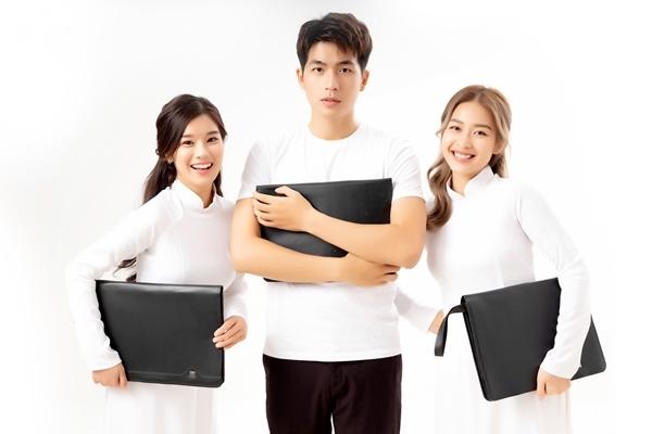 Hình tượng học sinh này cũng là một phần nội dung của bộ phim. Nhân ngày Nhà giáo Việt Nam, 3 diễn viên trẻ rủ nhau cùng thực hiện bộ ảnh mang sắc thái tinh nghịch, trong sáng, hồn nhiên.