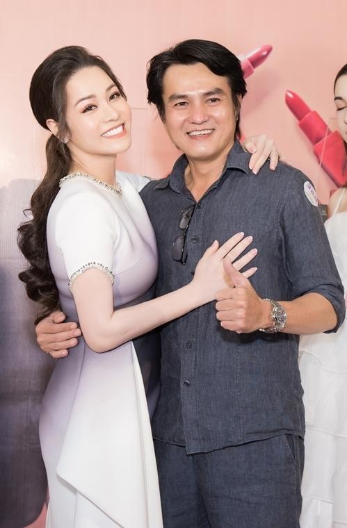 Đến chúc mừng cô có nhiều đồng nghiệp, bạn bè thân thiết. Nam diễn viên Cao Minh Đạt ôm eo Nhật Kim Anh chụp hình. Cả hai vừa hợp tác chung khi vào vai Thị Bình - Cậu ba Khải Duy trong bộ phim truyền hình Tiếng sét trong mưa gây tiếng vang.