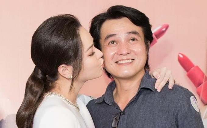 Thân nhau từ trước nên Nhật Kim Anh không ngại thể hiện tình cảm với đồng nghiệp.