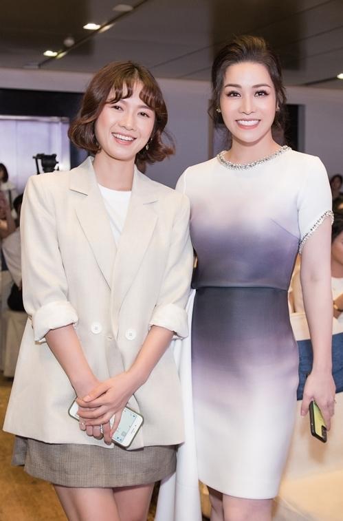 Diễn viên Oanh Kiều chụp ảnh cùng Diệp Lâm Anh.