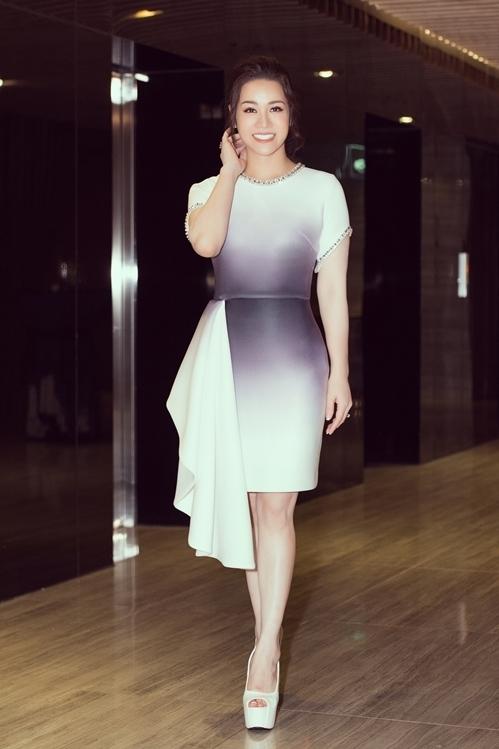 Nhật Kim Anh diện bộ cánh ôm sát khoe vóc dáng thon thả ở sự kiện làm đẹp do cô tổ chức. Nữ diễn viên có thần thái tươi trẻ mặc dù những ngày qua liên tục vướng ồn ào sau khi ly hôn với chồng cũ - doanh nhân Bửu Lộc.