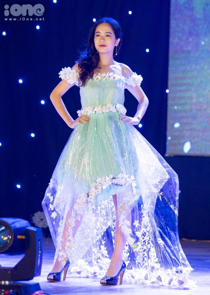 <p> Ở phần thi catwalk với trang phục tái chế, các đội thi sẽ trình diễn trang phục được làm từ vật dụng tái chế như túi nilon, ống hút...</p>
