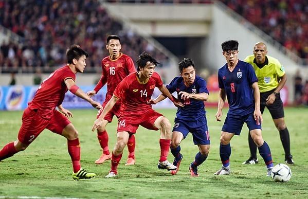 Messi Thái Chanathip (thứ 4 từ trái sang) giữa vòng vây tuyển thủ Việt Nam. Ảnh: Giang Huy.