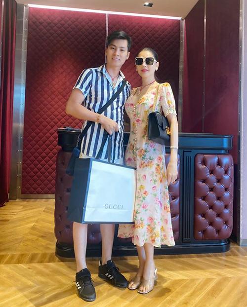 Lâm Khánh Chi khoe được ông xã mua tặng rất nhiều túi hiệu trong chuyến du lịch Thái Lan.