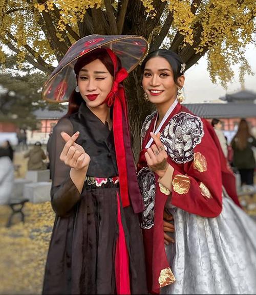Hải Triều và BB Trần đọ duyên dáng với hanbok.