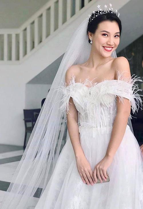 Hoàng Oanh hé lộ hình ảnh mặc váy cưới lung linh trước khi chính thức lên xe hoa vào ngày 1/12.