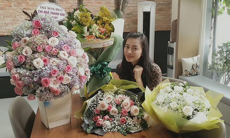 Ngô Thanh Vân hạnh phúc vì được các học trò 365 tặng hoa nhân ngày Nhà giáo Việt Nam 20/11.