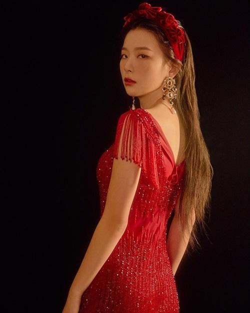 Seul Gi có khoảnh khắc quay đầu liếc nhìn đầy quyến rũ.