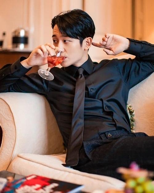 Jung Hae In khoe vẻ điển trai, quyến rũ như hình tượng tổng tài ngôn tình.