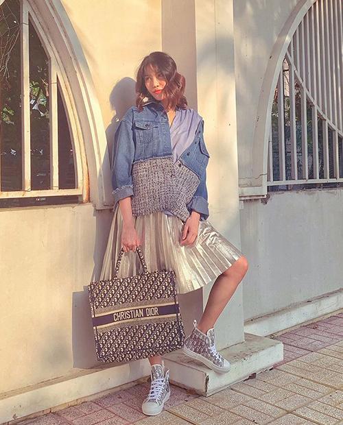 Lan Khuê đang mang thai ở tuần thứ 40 và đang nóng lòng chờ em bé đầu lòng ra đời. Trong những tháng cuối của thai kỳ, người đẹp vẫn giữ được nhan sắc rạng rỡ. Cô cũng đầu tư không ít tiền để có phong cách trẻ trung, sành điệu chẳng kém thời còn son rỗi. Gần đây, hoa khôi gây chú ý khi sắm một lúc 3 chiếc túi thuộc dòng Dior Book Tote đình đám.