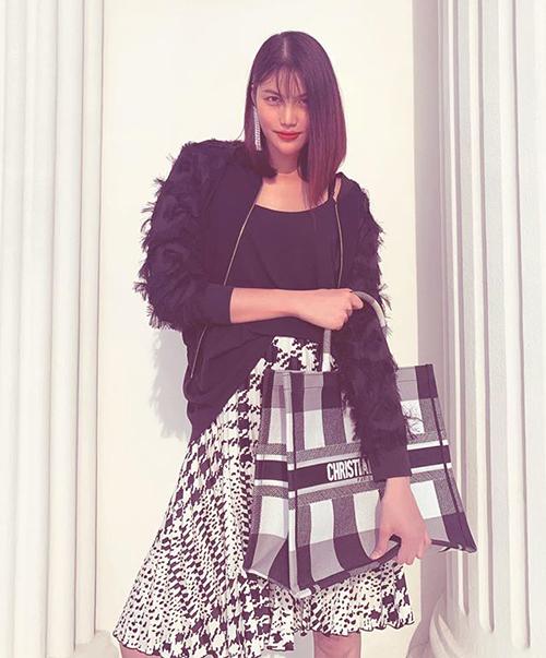 Túi caro đen trắng với mức giá tương tự cũng được Lan Khuê bổ sung vào tủ đồ để phối cùng những set trang phục màu sắc cơ bản hơn.