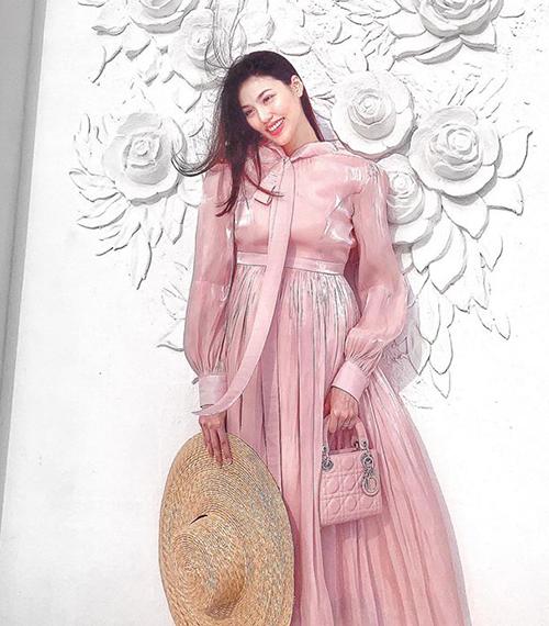 Nhiều người khen Lan Khuê là bà bầu sành điệu bậc nhất Vbiz vì luôn xuất hiện với diện mạo sang chảnh.