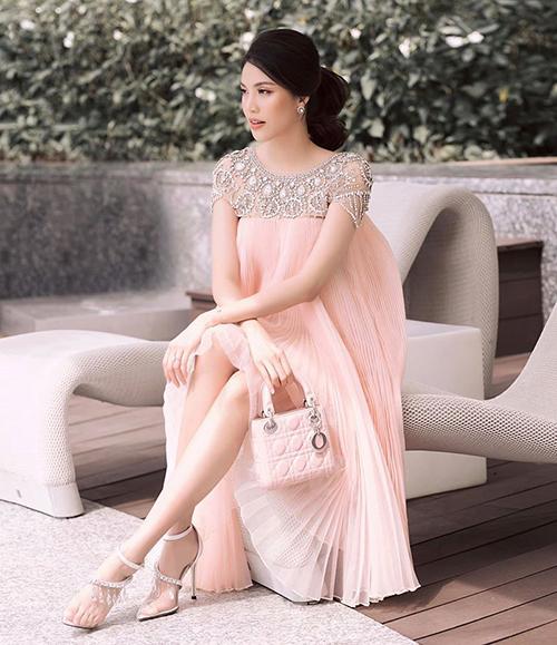 Người đẹp vẫn đều đặn dự sự kiện với vẻ ngoài chỉn chu, phong cách. Cô còn không ngại đi giày cao gót 7-9 cm để tôn dáng hơn.
