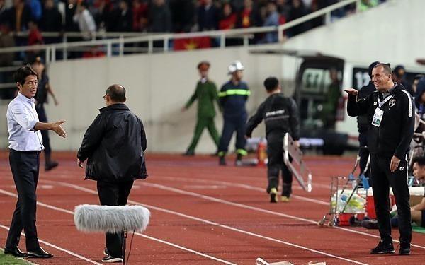 Hành vi của trợ lý đội tuyển Thái (phải) khiến ông Park nổi giận. Ảnh: Đức Đồng.