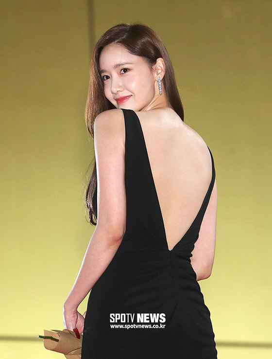 Yoona táo bạo với chiếc váy xẻ sâu phía sau, lộ tấm lưng trần sexy hết mức.