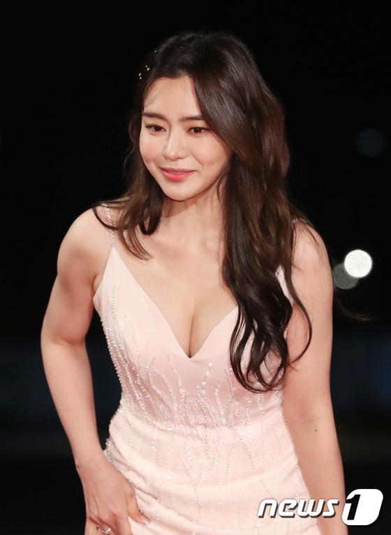 Nữ diễn viên Seo Yuri gây nhức mắt với váy khoe vòng 1.