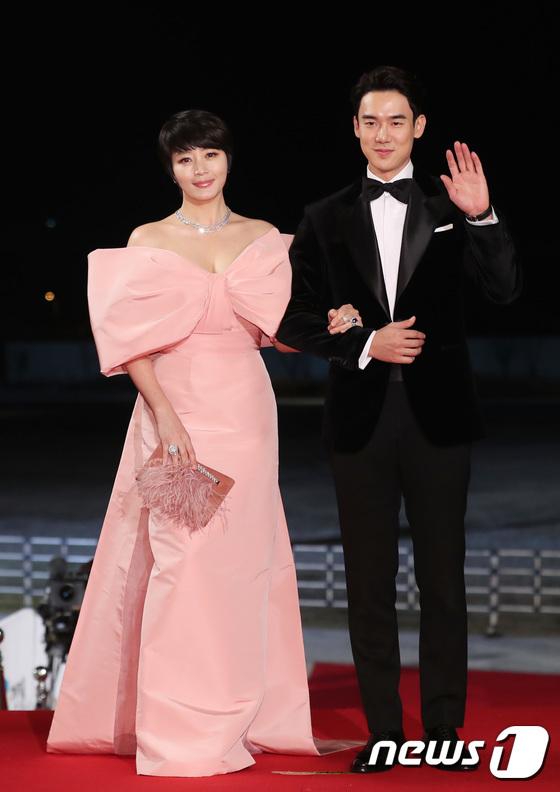 Nữ hoàng gợi cảm Kim Hye Soo là gương mặt MC quen thuộc của lễ trao giải Rồng Xanh. Cô mặc chiếc váy hồng, nơ to bản nhưng không hề bị sến sẩm. Kim Hye Soo hợp tác cùng bạn dẫn Yoo Yeon Seok.