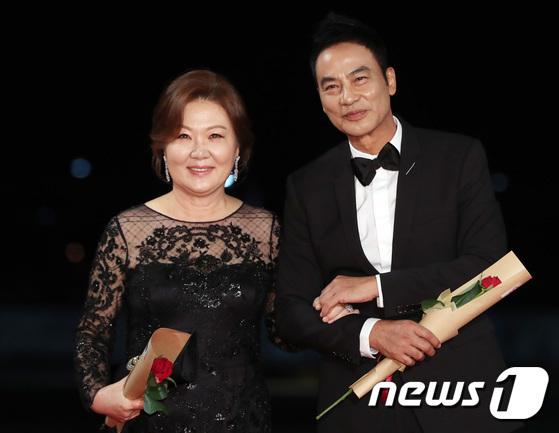 Bà mẹ quốc dân Kim Hae Sook sánh đôi cùng ngôi sao Hong Kong Nhậm Đạt Hoa.