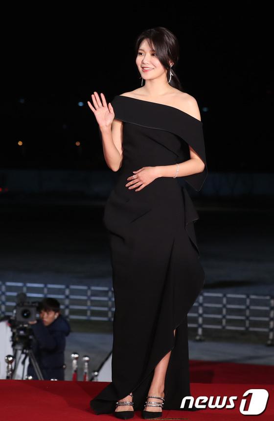 Soo Young có lợi thế vóc dáng chuẩn siêu mẫu, đôi chân dài nên mặc lễ phục rất hợp.