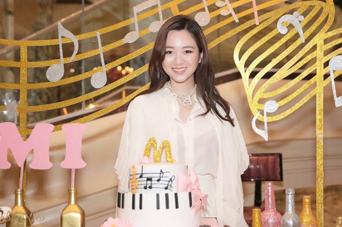 Anh Sa, sinh năm 1994, là con gái của Hoa hậu Giáng My và Chủ tịch tập đoàn Tân Hoàng Minh.