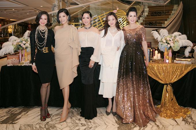 Cựu siêu mẫu Vũ Cẩm Nhung (thứ hai từ trái qua) cũng đến chúc mừng người chị em thân thiết.