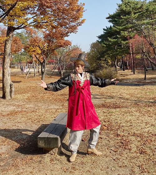 Bình An nhí nhố tạo dáng với bộ hanbok.