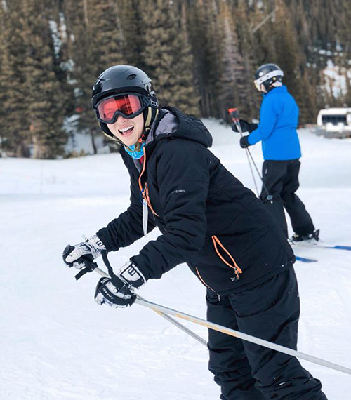 Duy Khánh trải nghiệm cảm giác trượt tuyết ở Mỹ.