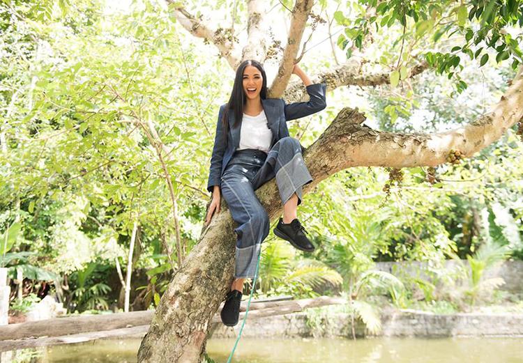 Hoàng Thùy nghịch ngợm trèo cây trong chuyến về quê.
