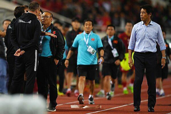 Hành vi của trợ lý đội tuyển Thái (phải) khiến ông Park nổi giận. Ảnh: AFP.