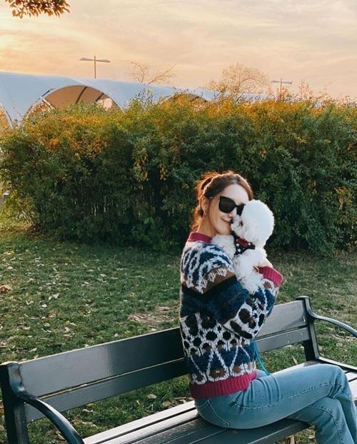 Yoona chia sẻ kỷ niệm mùa thu ngọt ngào với cún cưng.