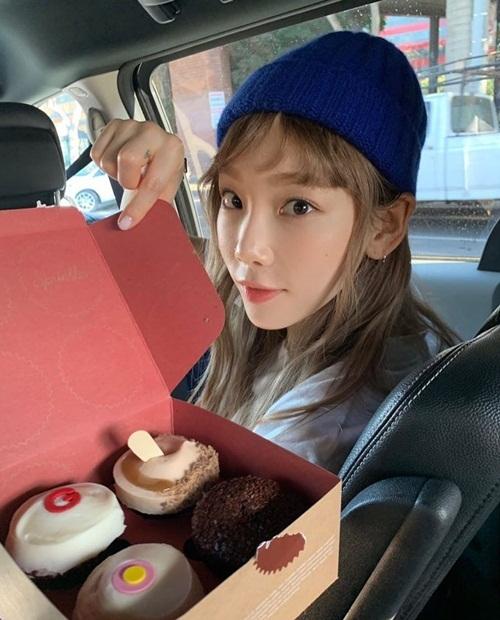 Tae Yeon đáng yêu với tóc mái thưa và mũ len.