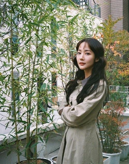 Park Min Young khoe vẻ đẹp nhẹ nhàng giữa thiên nhiên.
