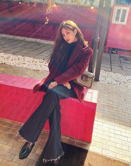 Hyo Min phối blazer đỏ rượu làm điểm nhấn cho set đồ street style.