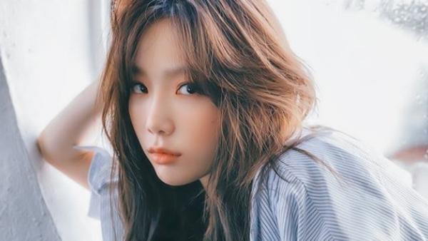 Antifan: Chịơi em chỉ đang lướt màn hình Instagram và rời đi một chút để vào nhà vệ sinh thôi và có vẻ như là con mèo của em đã vô tình đánh vài dòng gì đó trên điện thoại khi em không ở đó. Em không hề viết những bình luận ném đá như thế đâu, là con mèo của em đấy, xin hãy bỏ qua cho em nhé chị Tae Yeon.Tae Yeon trả lời: Chị cũng định bỏ qua đấy, nhưng con chó của chị bảo chị đừng như vậy.