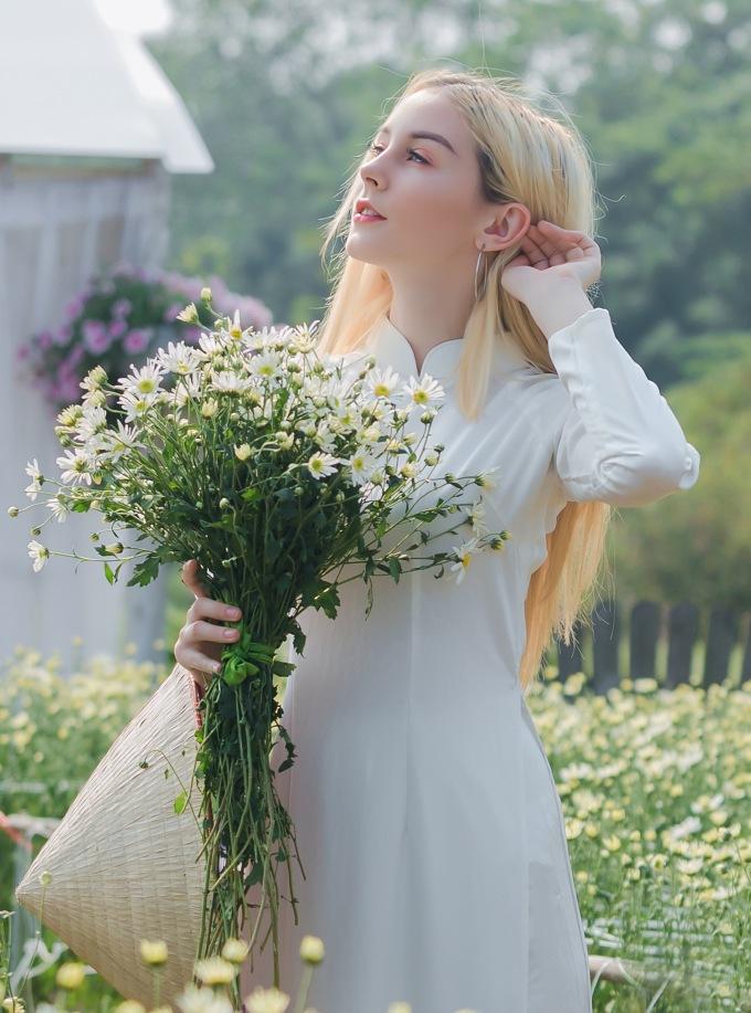 """<p> Nicole, du khách Mỹ bày tỏ niềm vui và sự ngạc nhiên khi được chiêm ngưỡng cánh đồng hoa trắng muốt trong lần đầu đến Việt Nam. """"Những luống hoa cúc trắng muốt trông thật tuyệt. Tôi chưa từng nhìn thấy loài hoa này ở Mỹ"""", Nicole nói.</p>"""