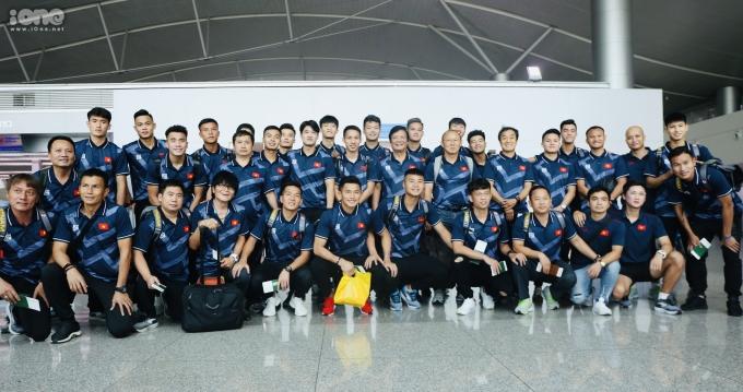 <p> Toàn đội chụp tấm hình lưu niệm trước giờ máy bay cất cánh.</p> <p> Tuyển U22 Việt Nam sẽ có trận mở màn gặp U22 Brunei, hôm 25/11.</p>