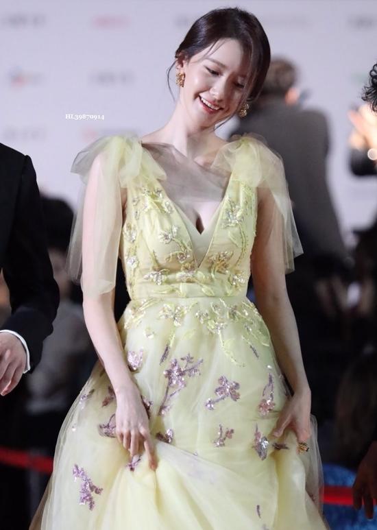 Yoona thường bị chê thân hình gầy gò nhưng chiếc váy xẻ sâu nàykhiến nữ idollộ vòng một gợi cảm, đốt mắt khán giả.