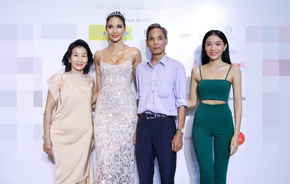 Bố mẹ Hoàng Thùytừ Thanh Hóa bay tới TP HCM đồng hành cùng con gái. Hoàng Linh (bìa phải) - em gái Hoàng Thùy - cũng có mặt để gửi lời chúc may mắn tới chị.