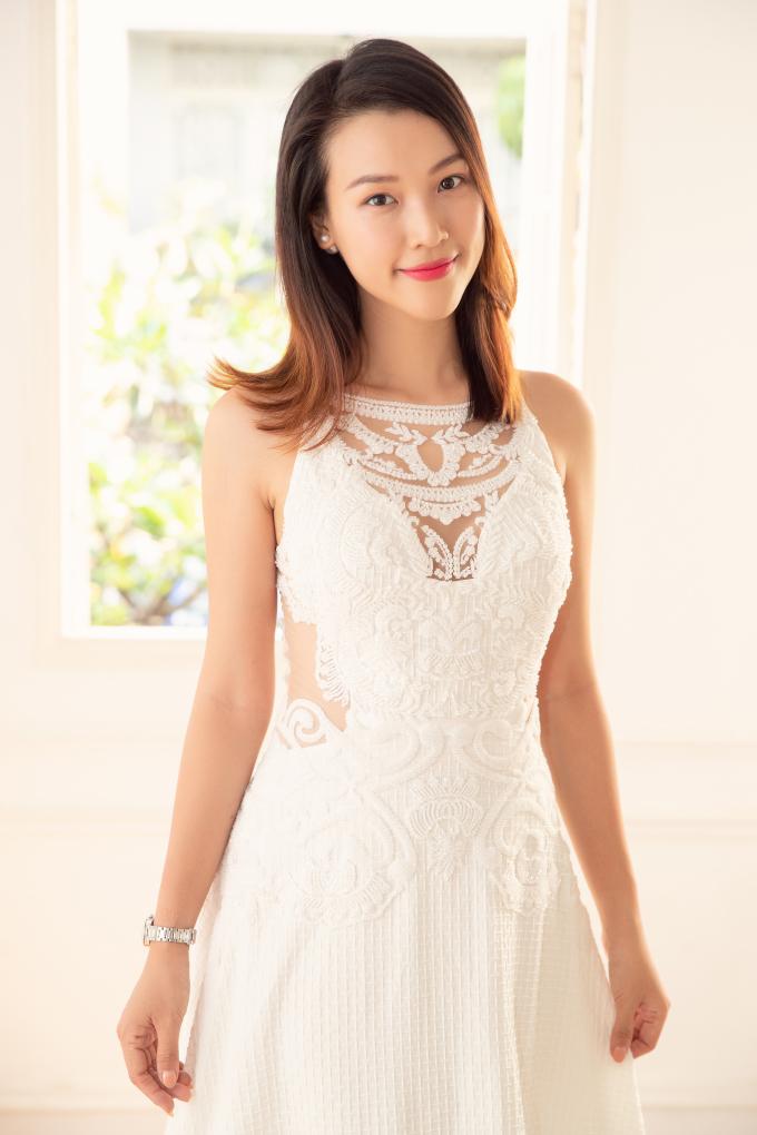 <p> Hoàng Oanh chia sẻ cảm giác hồi hộp khi thử váy cưới chuẩn bị cho sự kiện trọng đại của cuộc đời. Cô bật mí mọi công việc khác cũng đang được gấp rút chuẩn bị xong.</p>