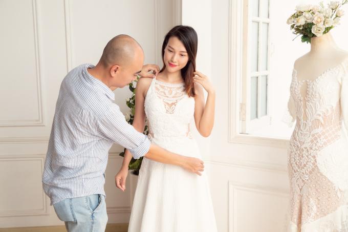"""<p> Toàn bộ váy cưới của Hoàng Oanh đều do NTK Trương Thanh Hải chuẩn bị. Anh tận tay """"chăm sóc"""" cho cô em gái thân thiết.</p>"""