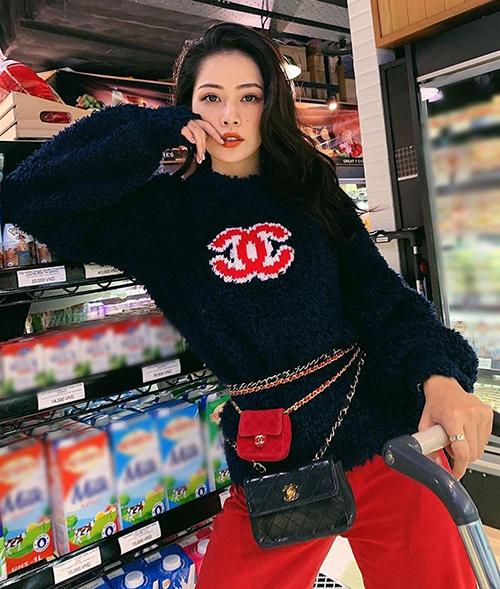 Trong lần ra phố mới đây, Chi Pu khoe street style chất lừ. Nữ diễn viên - ca sĩ mặc cả cây đắt đỏ của Chanel, với hai tông màu đỏ - đen nổi bật và tôn lên nhan sắc.