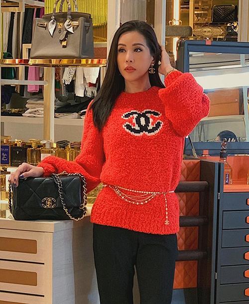 Hoa hậu Thu Hoài cũng chi hơn 50 triệu đồng để sở hữu thiết kế hot trend này. Cô kết hợp cùng thắt lưng ngọc trai và túi xách Chanel đồng điệu tôn lên vẻ sang chảnh.