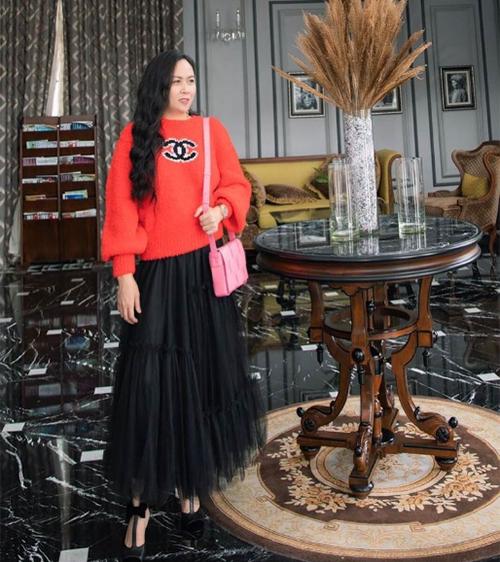 Phượng Chanel là một trong những người đầu tiên sắm mẫu áo này ở Việt Nam. Bạn gái Quách Ngọc Ngoan kết hợp cùng chân váy xòe rất điệu.