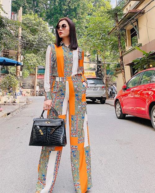 Lệ Quyên diện cả cây hàng hiệu đi ngắm phố phường Hà Nội.