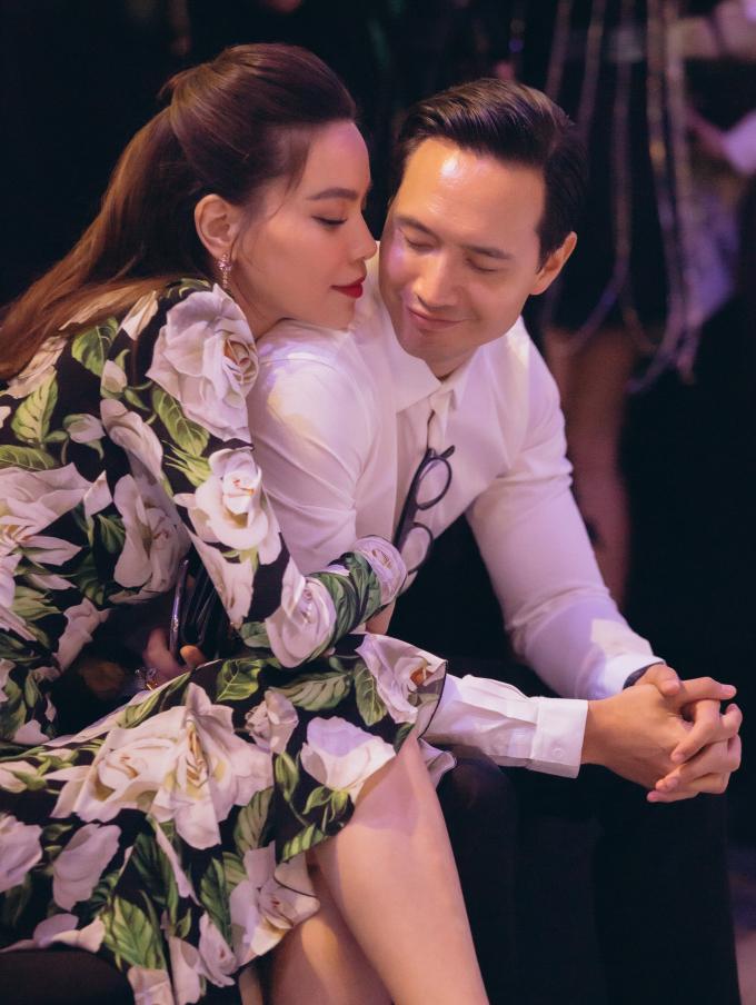 <p> Ngồi trên hàng ghế đầu xem show thời trang, Hà Hồ và Kim Lý không giấu giếm những cử chỉ tình tứ. Trong cái lạnh của thủ đô mùa thu đông, Hà Hồ nép vào bạn trai.</p>