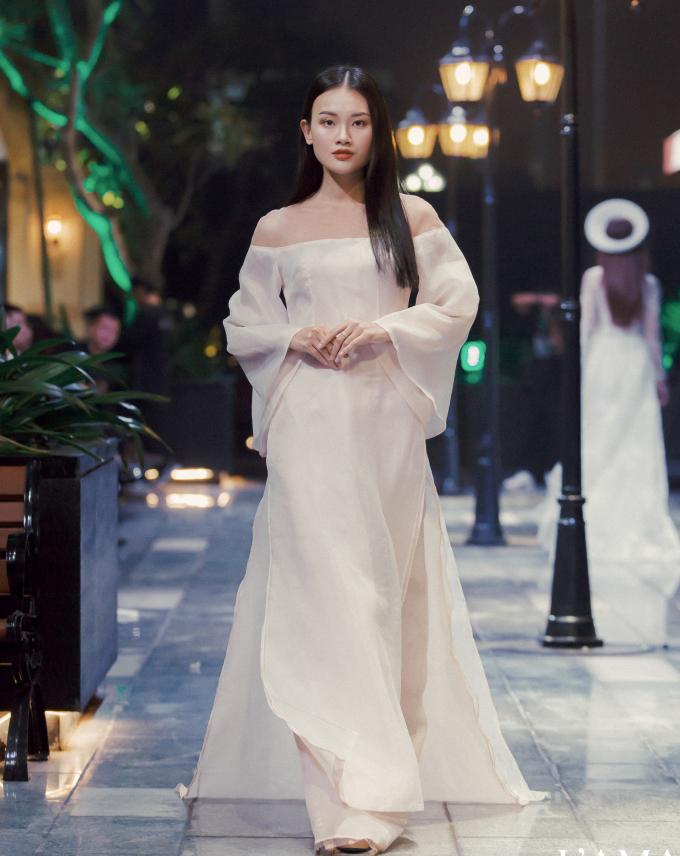 <p> Các thiết kế đa phong cách cho cô dâu, từ dịu dàng, nữ tính cho đến kiêu sa kiểu quý tộc.</p>