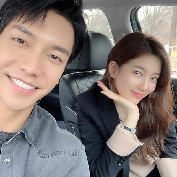 Suzy khoe ảnh rạng rỡ bên Lee Seung Gi. Cả hai được fan khen đẹp đôi khi tái hợp trong Vagabound.